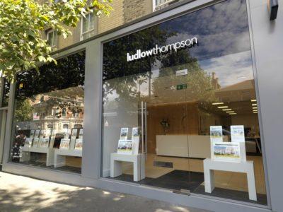 Ludlow Thompson – Canada Water, East Dulwich & Clapham Road, London, AnglijaNaziv projekta: Uvajanje novega oblikovanja trgovine in identitete blagovne znamkeOblikovalci: Battistini AugustusFotograf: Award Photography